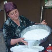 Lavage du riz avant confection du plov (plat national)