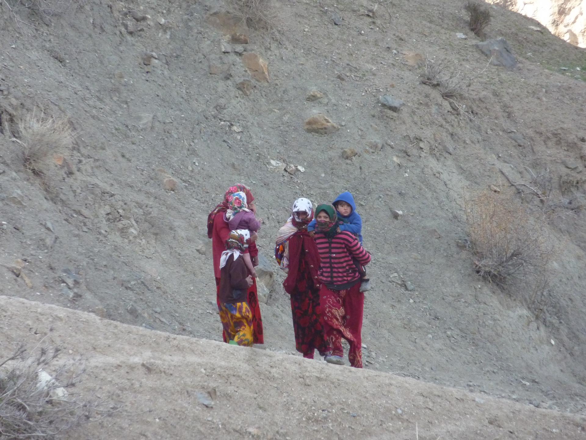femmes tadjiks vers les sept lacs